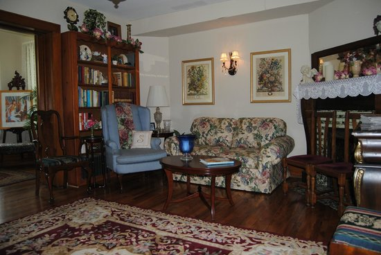 The Minnis House Inn & Guest Cottage: Downstairs Library Parlor