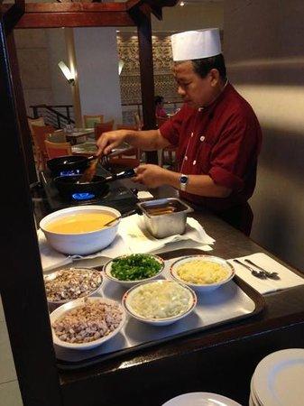 โรงแรมเดอะรอแยล บินตัง: Omelete station