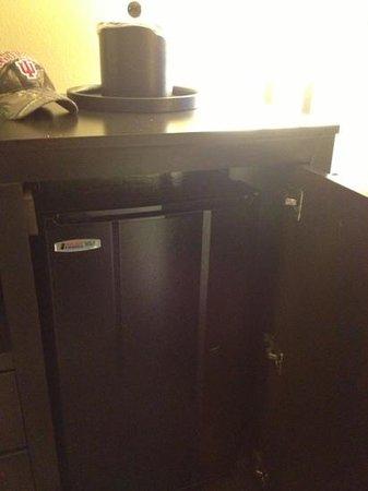 Hampton Inn Columbia : refrigerator