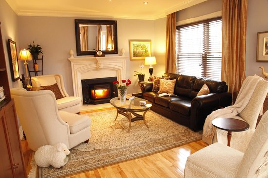 Au Bois Joli B&B: Livingroom inviting you to relax, read, sip a cup of tea