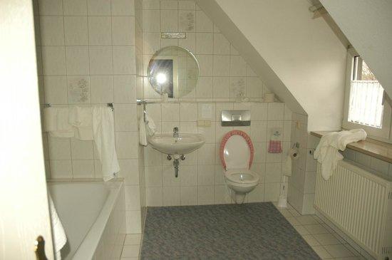 Hotel-Gasthof Klingentor: Spotless, spacious bathroom.