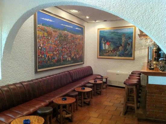 La Marseillaise : The bar is also decorated with paintings