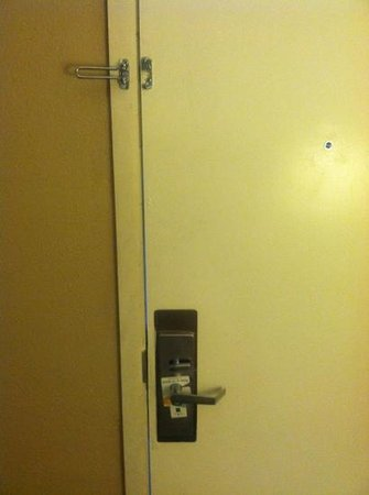 Quality Inn Flamingo: Busted security lock and door that never really settled in the jamb.