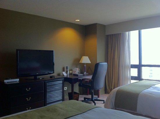 Radisson Hotel & Suites Guatemala City: Desk and TV in Suite 1704