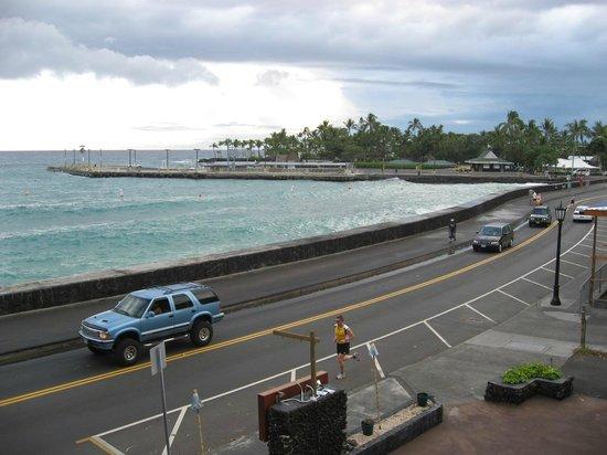 Kona Seaside Hotel: レストランから見たカイルア湾