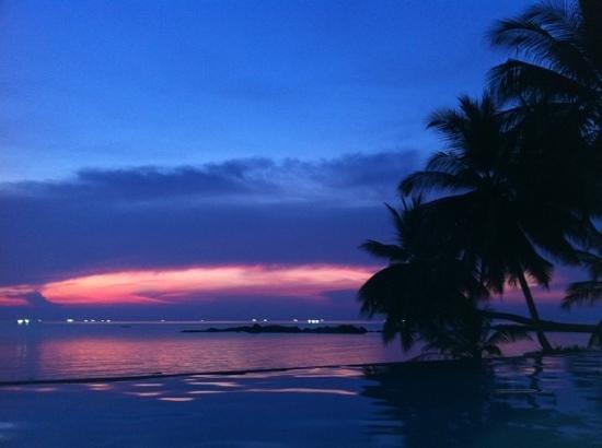 Sunset Cove Resort: infinity pool sunset