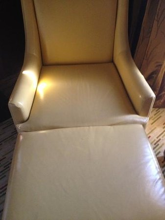 Manila Marriott Hotel: vinyl covered chair looked out of place