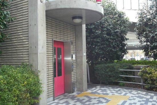 Toyoko Inn Sakaihigashi Eki: 目の前 陸橋のエレベーターのひとつです
