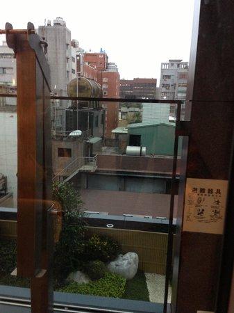 ดิ โอกุระ เพรสทีจ ไทเป: Escape on the 7F room balcony (was locked)
