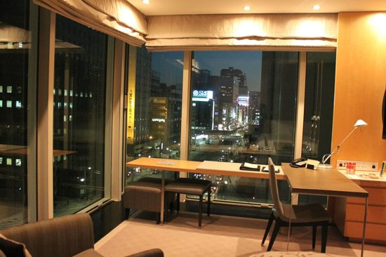 Four Seasons Hotel Tokyo at Marunouchi: City Lights from Room