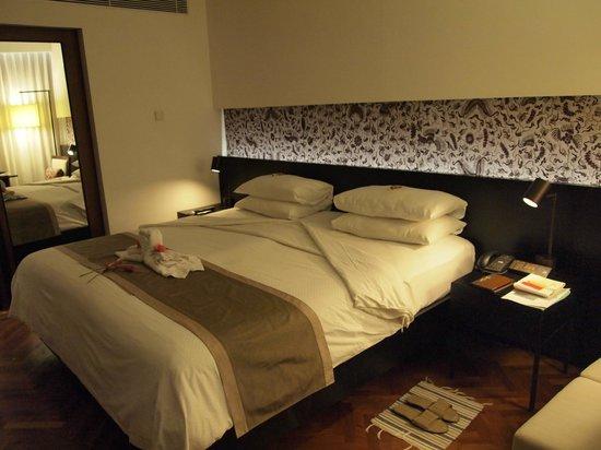 Nusa Dua Beach Hotel & Spa: bed with anniversary towel swans