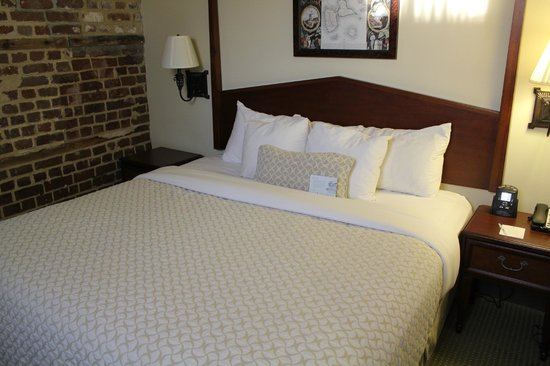 Embassy Suites by Hilton Charleston - Historic Charleston: king bed