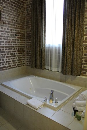Embassy Suites by Hilton Charleston - Historic Charleston: lovely tub in bedroom