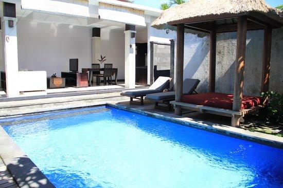 Grand La Villais Villa and Spa Seminyak: Dining area with kitchenette
