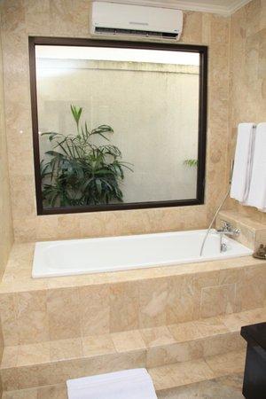 ลา วิลเลส เอ็กซ์คลูซีฟ วิลล่า แอนด์ สปา: Bathtub and aircond
