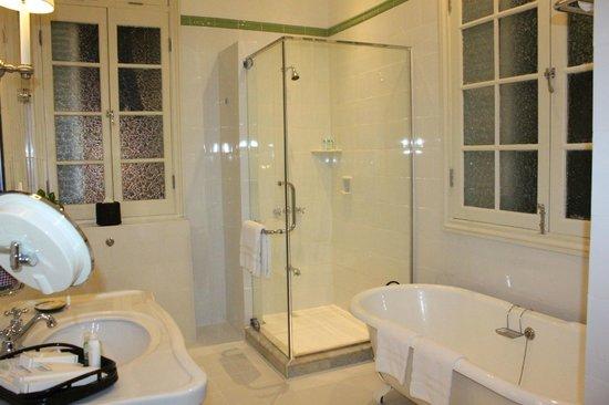 Raffles Hotel Le Royal: Angkor suite- Bathroom 1