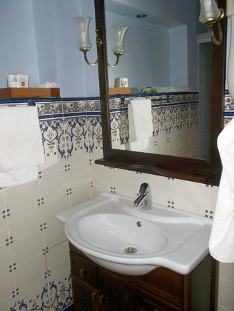 Gloria Hotel: Bath