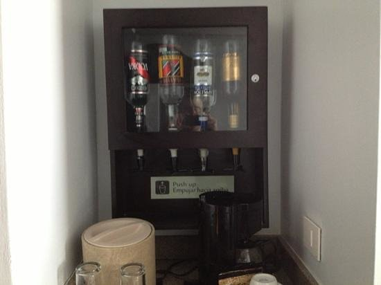Hotel Riu Palace Paradise Island: liquor dispenser in room