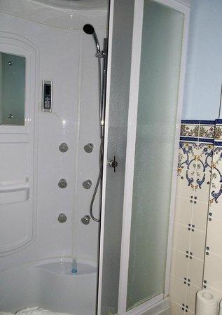 Gloria Hotel: Shower