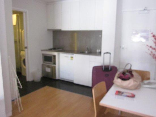 Ozstays Katz Apartments: The kitchen