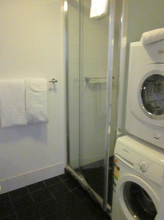 Ozstays Katz Apartments: The bathroom
