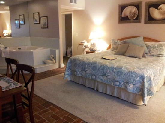 Inn at Camachee Harbor: Jacuzzi Suite 19