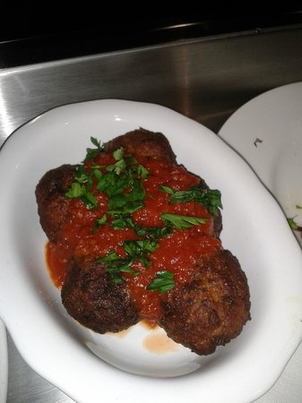 Pitta and Dips Cafe: Meatball starter