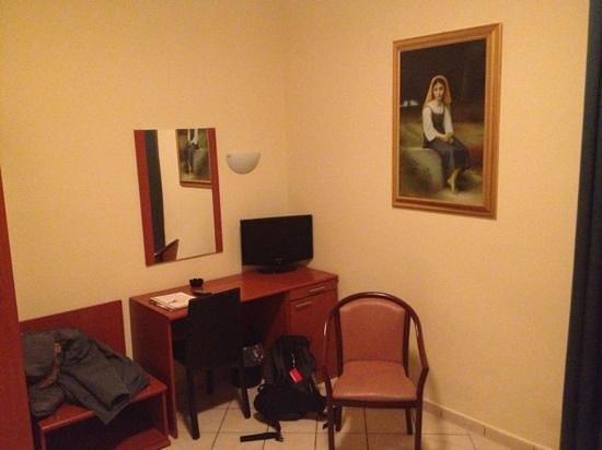 Hotel Ristorante Cervo: camera tavolino