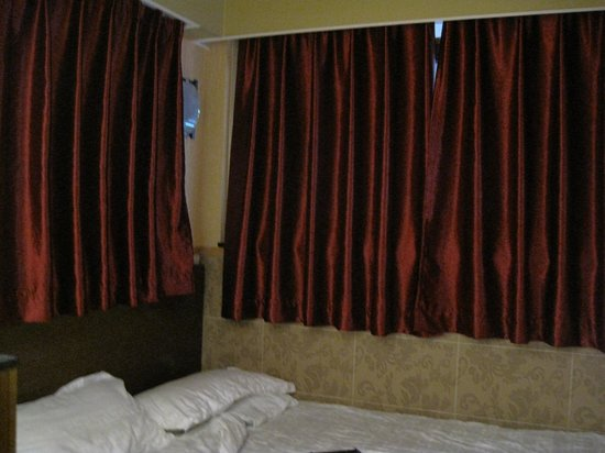 Golden Crown Guesthouse: bed and windows