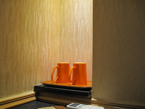 Golden Crown Guesthouse: mugs + hot water = hot coffee in the morning