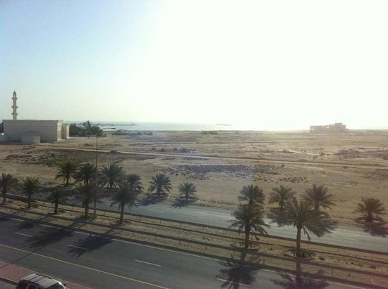Addar Hotel: From the dining room balcony on the 3rd flloor, you could see the Gulf, but it is FAR away