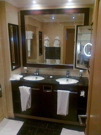 """Kempinski Hotel Adriatic Istria Croatia: Bagno """"deluxe"""", massimo confort, servizi top"""