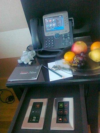 كيمبينسكي هوتل أدرياتيك: Comodino con domotica digitale integrata