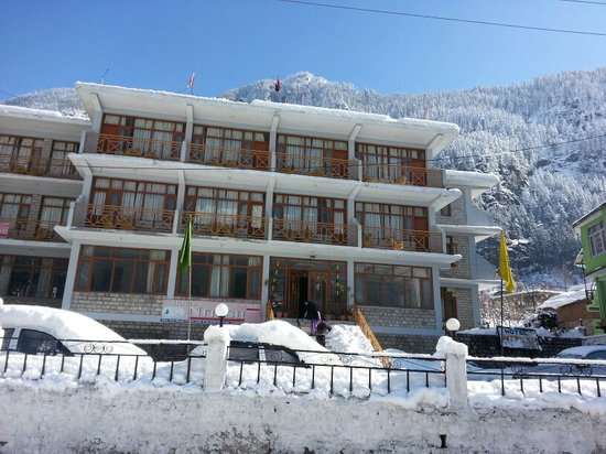 Hotel Nitesh: Hotel Covered With Snow