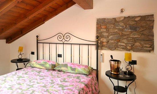 una delle camere con letto in ferro battuto - Picture of Villa ...