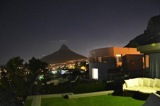 Atlantic Gold: Blick vom Roof Top zum Lions Head (abends)