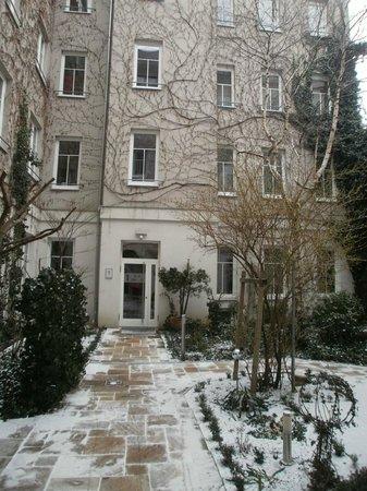 Boutique Hotel Stadthalle: Winter garden with snow