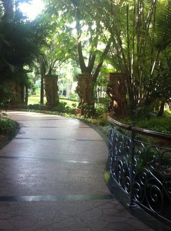 The Leela Palace Bengaluru: grounds - toward restaurant