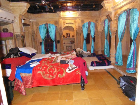 Hotel Shreenath Palace: Delightful original bedroom with adjoining bathroom