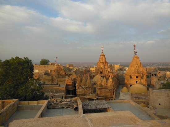 Hotel Shreenath Palace: A view from the hotel roof top over the Jain Temples