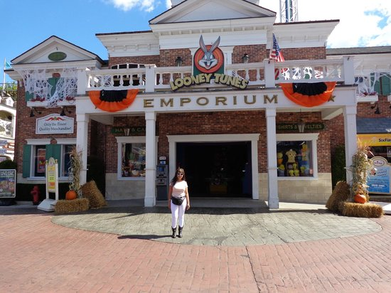 Six Flags New England: some shops