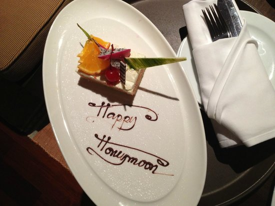 Siripanna Villa Resort & Spa: happy honeymoon cake