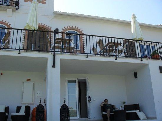 Casa nas Serras: beneden de kamers, boven ontbijt op het terras
