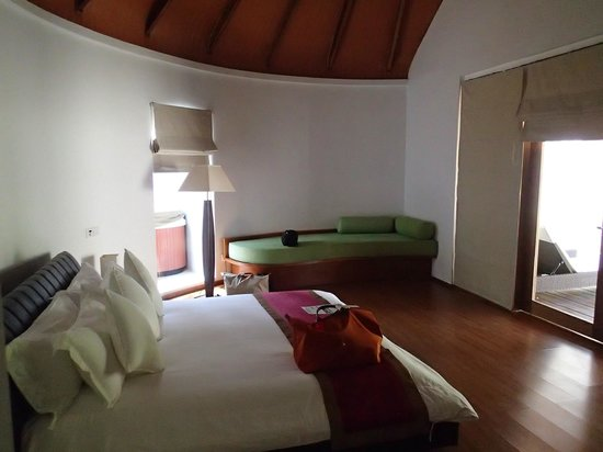 Kuramathi Island Resort: intérieur du bungalow
