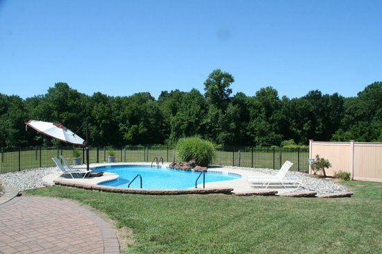 The Candle House Inn : Plenty of pool, patio space to relax in the sun...