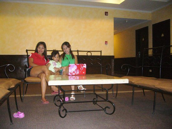 Days Hotel Iloilo: bonding wd my sis n sammy while d boys is out & d hotel lobby
