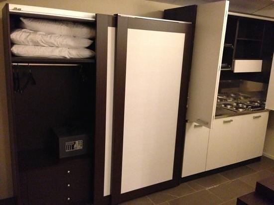 Oltre all\'armadio con cassaforte mi sono trovato anche la cucina con ...