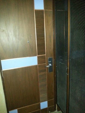 The Fusion Suites Bangkok: Noisy wooden doors. Nothing around edges of doors to keep doors from closing quietly.