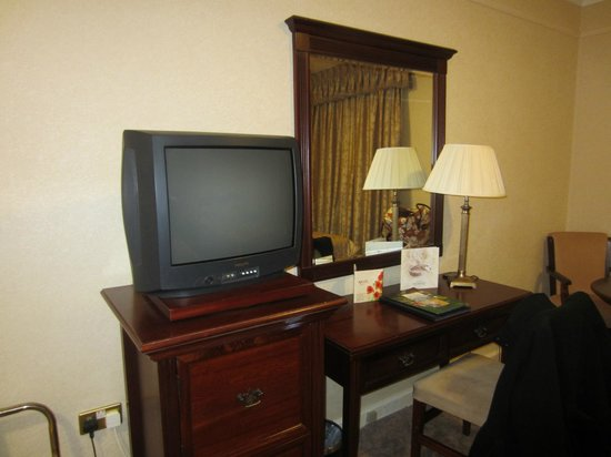The Ardilaun Hotel: CRT TV, good selection of stations