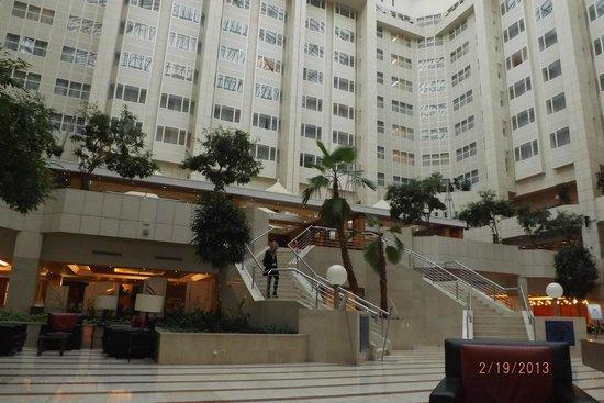Hilton Prague: Espacioso lobby